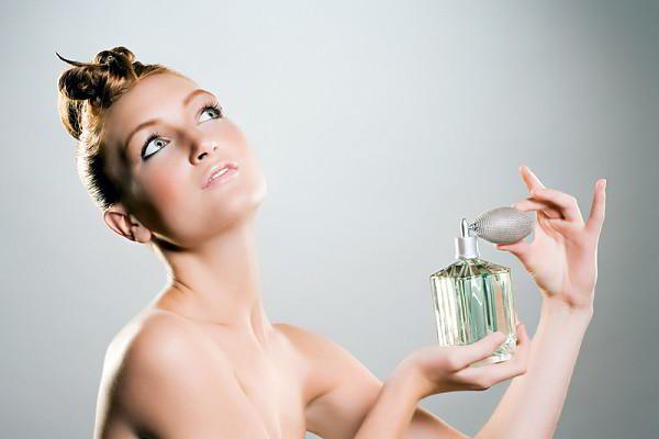 Cách xịt nước hoa cao cấp tiết kiệm và thơm lâu